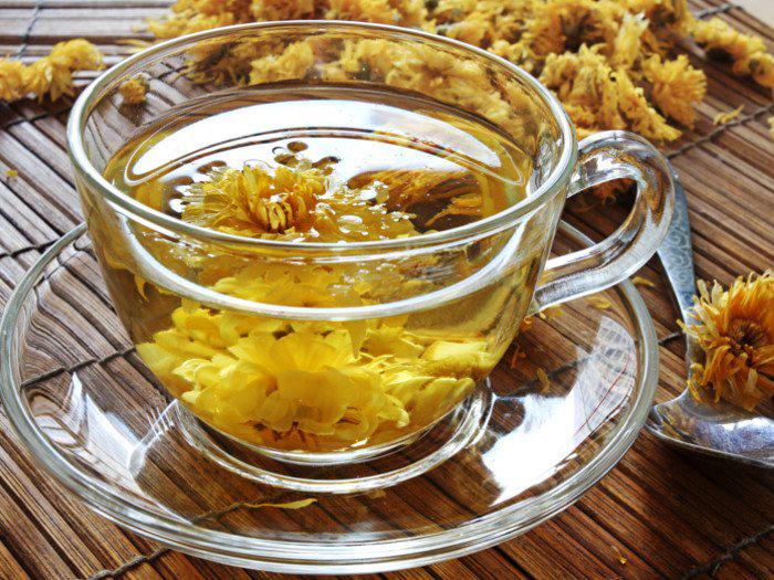 Chườm trà hoa cúc là bí quyết trị khô mắt hiệu quả
